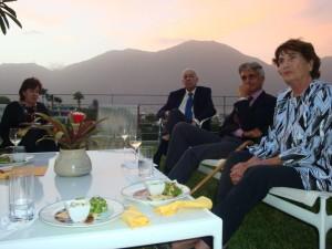 La Sra. María Teresa Boulton expresa su agradecimiento; a su lado, el Dr. Federico Carmona Ghersi.